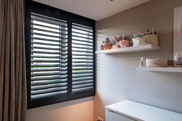 Zwarte aluminium shutters in kinderkamer