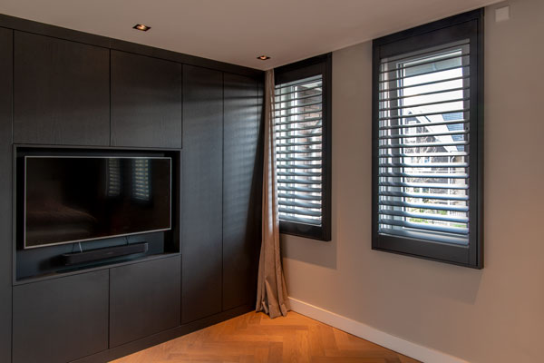 Zwarte aluminium shutters in slaapkamer