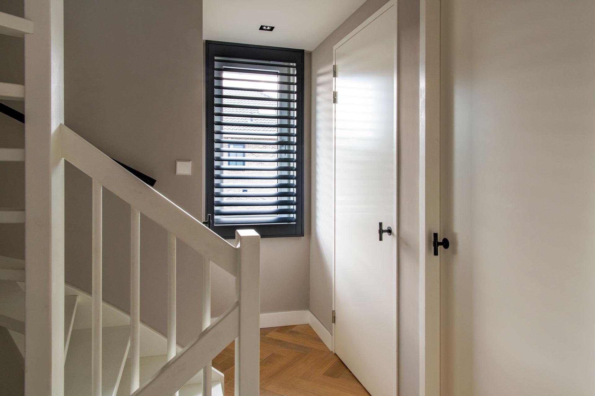 Zwarte aluminium shutters in trappenhuis