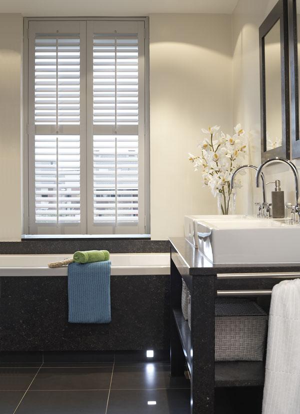 Shutters in moderne badkamer