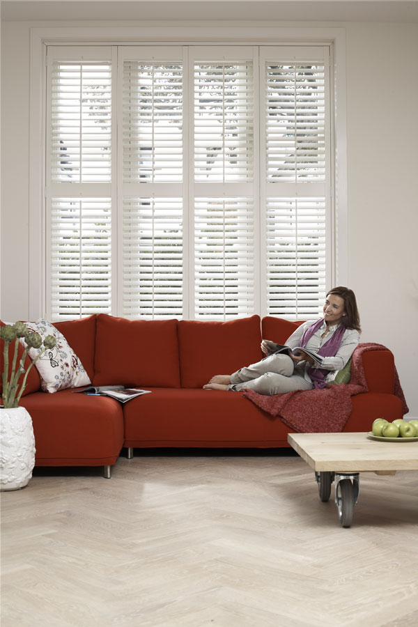 Shutters in woonkamer met rode bank