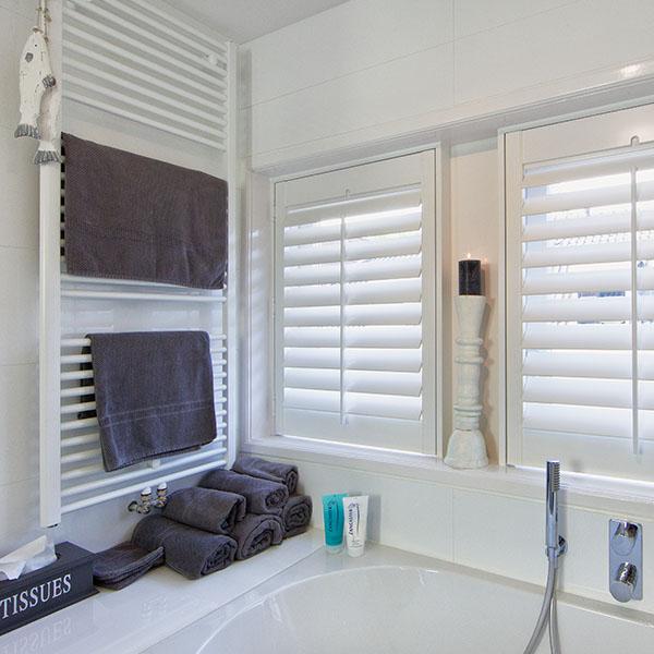 Witte shutters in badkamer