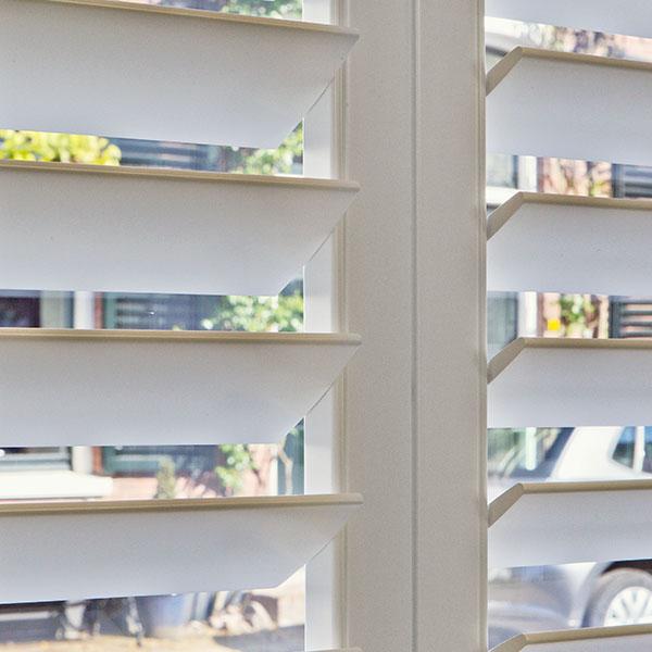 Witte shutters in moderne keuken