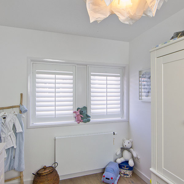 Witte shutters in kinderkamer