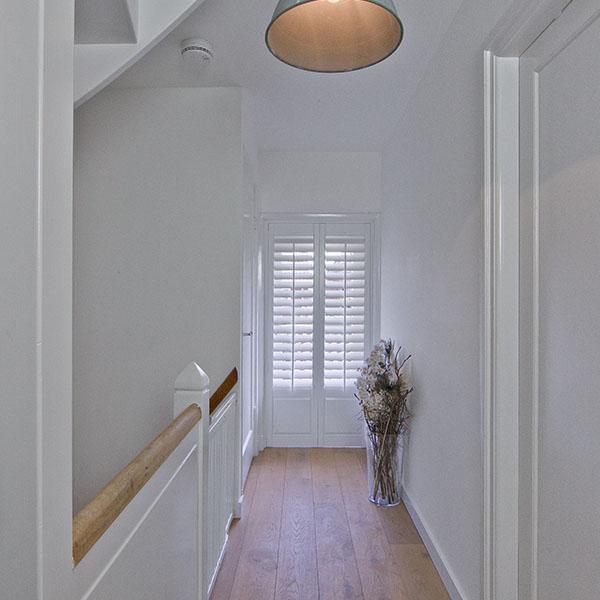 Witte shutter met dicht onderpaneel