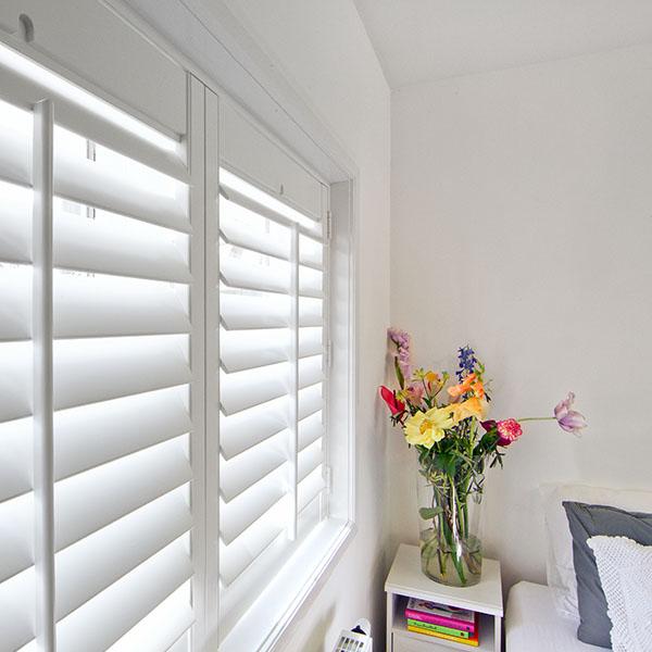 Witte shutters in slaapkamer