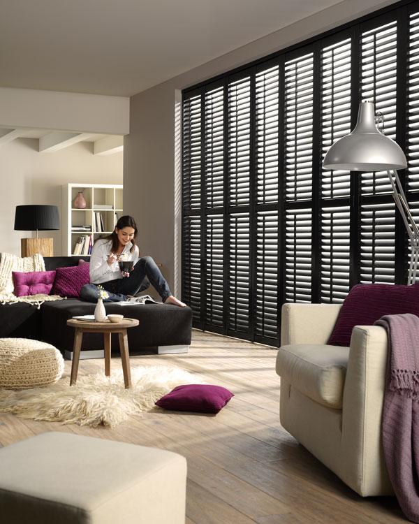Zwarte shutters in woonkamer